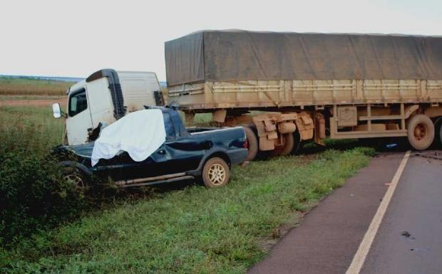 Duas pessoas morrem em acidente entre picape e carreta em Mato Grosso
