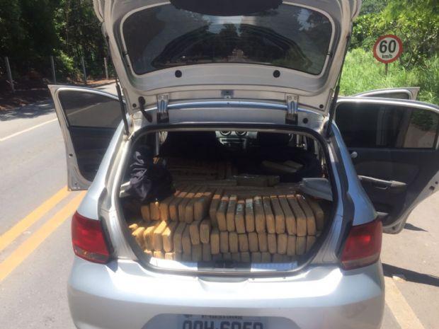 Polícia Civil apreende Gol com mais de 500 tabletes de maconha na estrada de Chapada