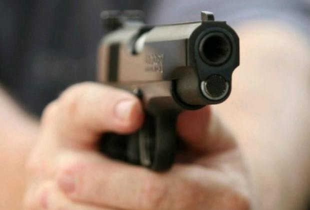 Jovem de 18 anos é executado com três tiros na cabeça em frente de casa