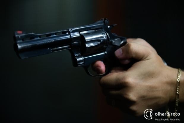 Homem de 25 anos é surpreendido por dupla e executado a tiros no meio da rua