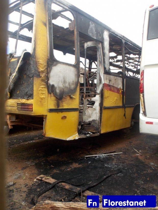 Dois ônibus são incendiados dentro de garagem em Mato Grosso