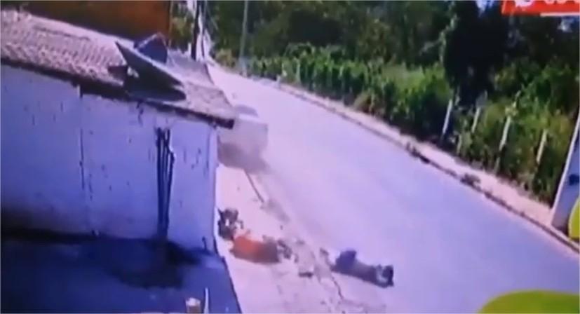 Casal em motocicleta é arremessado no ar após ser atropelado por táxi na contramão;  veja vídeo