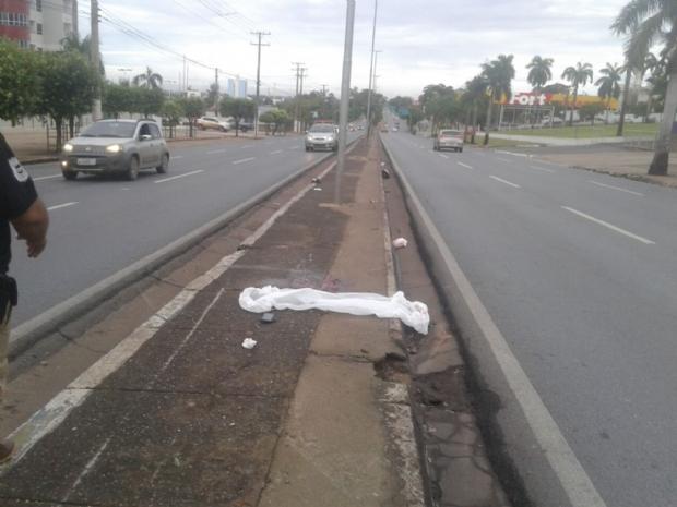 Jovem de 19 anos perde controle de moto, bate em poste na Miguel Sutil e morre