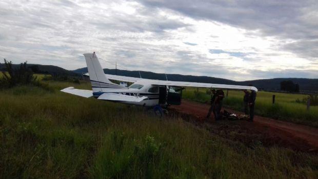 Cercada por aviões da FAB, aeronave carregada com drogas faz pouso forçado em MT;  fotos