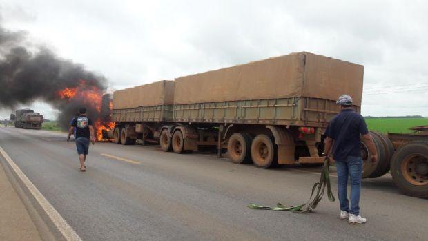 Carreta pega fogo em rodovia e estrada é interditada para combate às chamas;  veja fotos