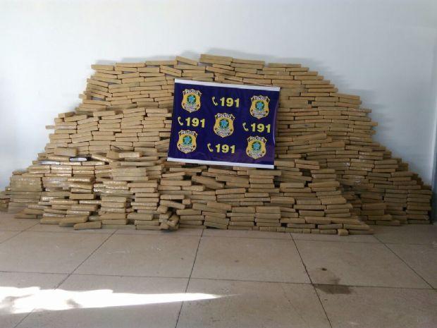 PRF apreende mais de uma tonelada de maconha e cigarros contrabandeados em caminhão