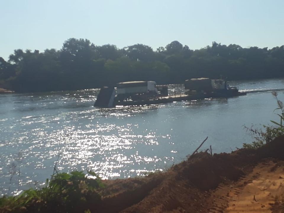 Carga de calcário cai de balsa durante travessia no Rio das Mortes