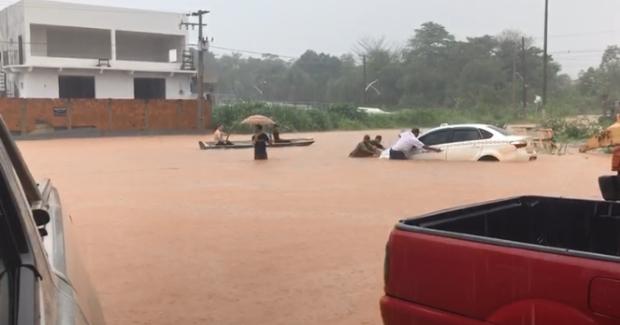 Moradores usam barco para se locomover após forte chuva; veja vídeos