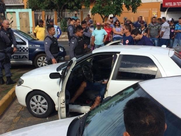 Homem é executado a tiros dentro de carro em frente a hospital