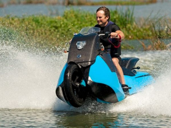 Moto anfíbia Biski faz passeio por lago