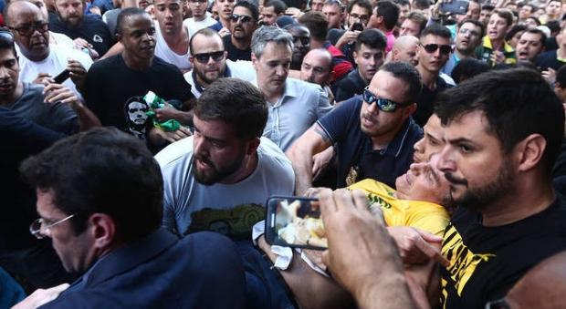 Candidato à presidência, Jair Bolsonaro é esfaqueado durante ato de campanha;  vídeo