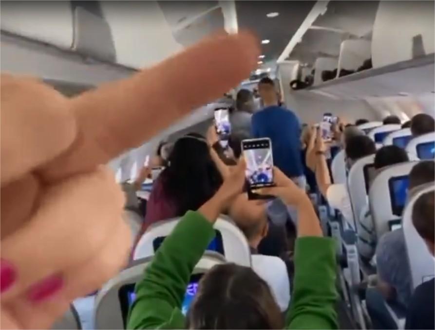 Bolsonaro é xingado após entrar em avião que vinha para Cuiabá e diz que quem o hostilizou devia andar de jegue
