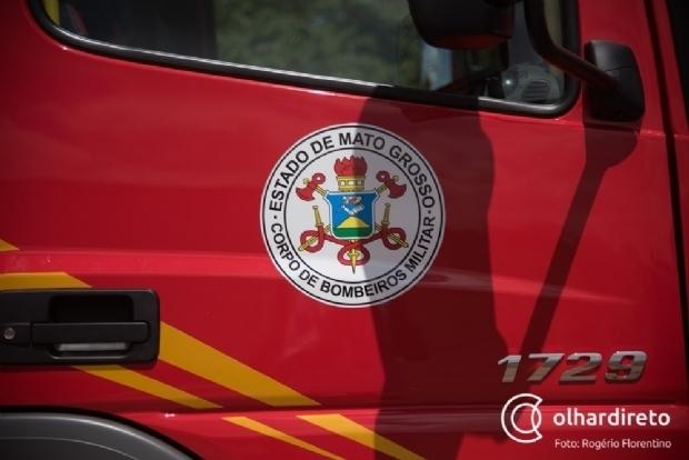 Bombeiros combatem incêndio em casa de condomínio fechado na Capital