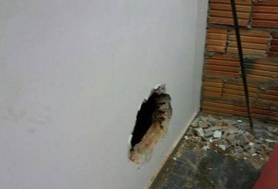 Criminosos cavam buraco e arrombam cofre de agência do Banco do Brasil