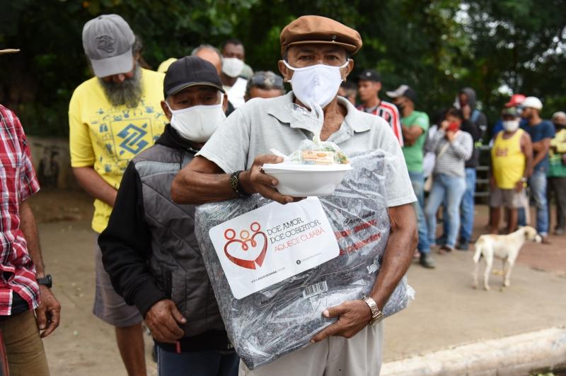 No dia mais frio do ano, campanha 'Aquece Cuiabá' entrega cobertores à população em situação de rua