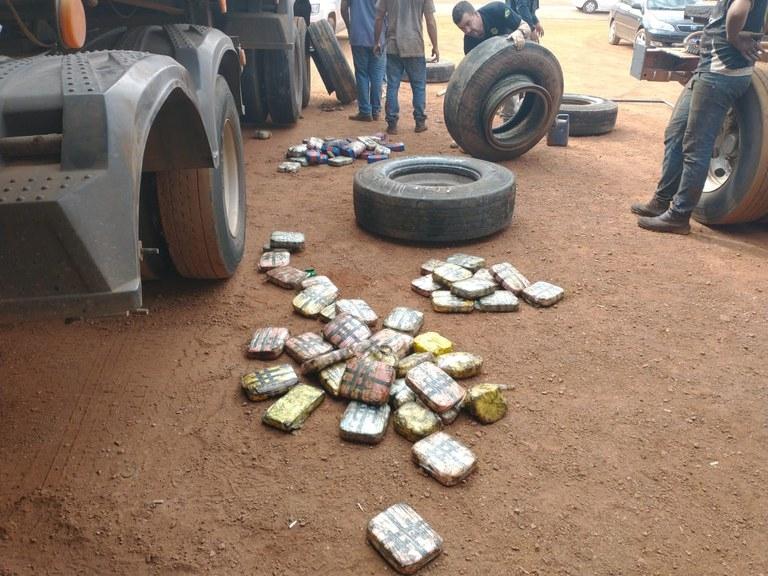 Motorista é preso tentando atravessar rodovia com mais de 290 kg de cocaína escondidos em pneu