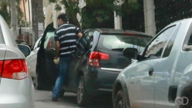 Bandidos rendem psicóloga e roubam carro à luz do dia no bairro Goiabeiras;  veja vídeo