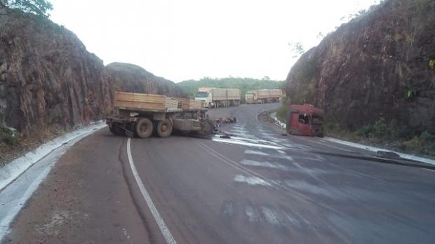 Cabine de carreta desprende de caminhão e motorista morre após ser arremessado