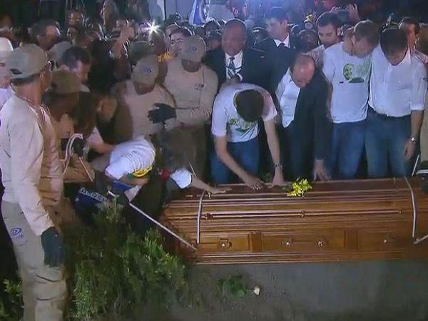 Corpo de Eduardo Campos é sepultado no Recife;   veja fotos