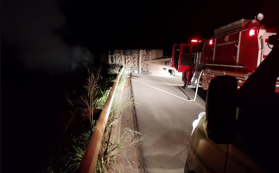 Caminhão capota e pega fogo em rodovia e motorista sobrevive após quebrar vidro para sair
