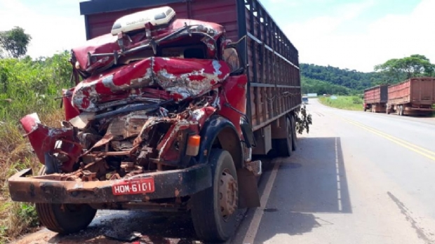 Motorista fica em estado grave após colisão entre caminhões
