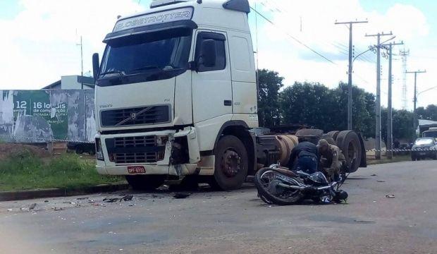 Motociclista perde controle ao passar em quebra-molas, bate contra carreta e morre