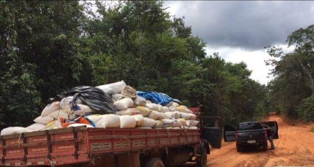 Motorista abandona caminhão e polícia recupera 15 toneladas de farelo de  soja