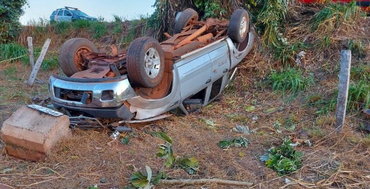 Motorista morre após ser arremessado de caminhonete durante capotamento