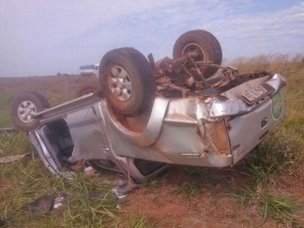 Veículo parou com as rodas para cima e motorista foi arremessado, revelando que ele não usava cinto de segurança