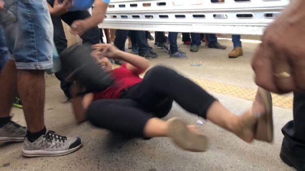Desesperada para não perder prova do Enem, candidata se 'joga no chão' e passa por fresta de portão; veja vídeo