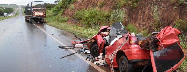 Gol colide contra traseira de caminhão e deixa dois mortos em rodovia federal