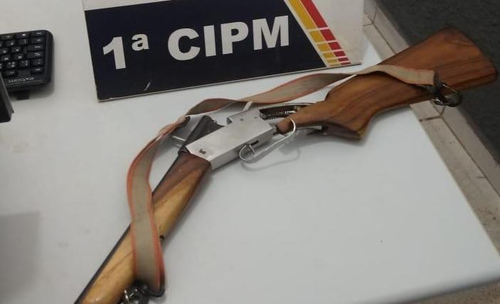 Homem é preso após agredir e ameaçar ex-mulher e companheiro com carabina