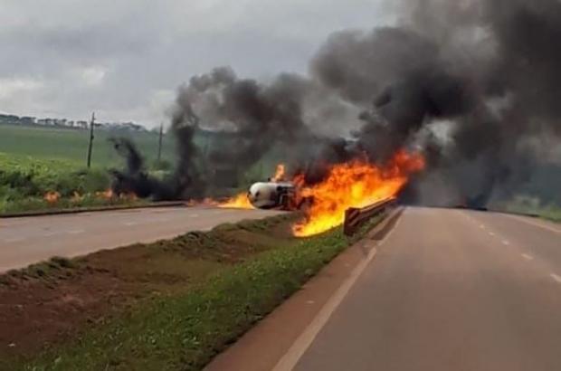 Carreta tanque pega fogo em rodovia e pista é interditada sem previsão de liberação