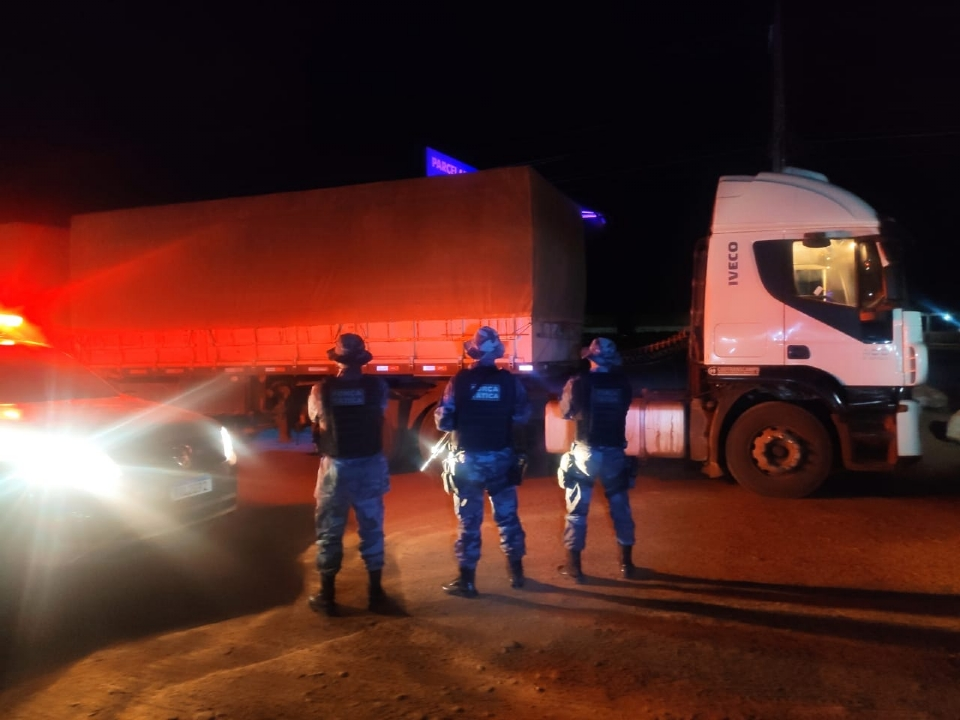 Polícia resgata caminhoneiro mantido em cativeiro e prende suspeitos que roubavam carreta