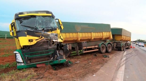 Carreta é jogada para fora da pista após colisão com outro veículo de carga na BR-163