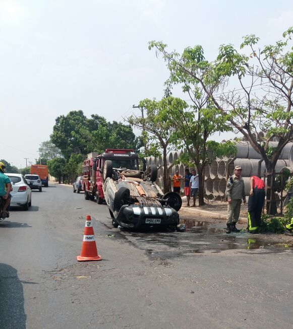 Carro capota, pega fogo e caminhão pipa ajuda a combater as chamas;  veja vídeo