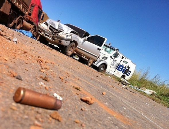 Suspeitos de explodirem carro-forte são presos com R$ 77 mil e forte armamento