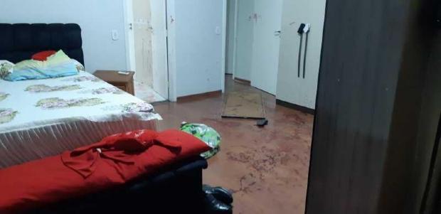 Bandido invade residência e esfaqueia pastor e esposa