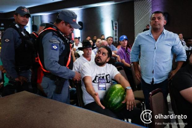 PM é acionada após homem invadir ato do PSL em Cuiabá com melancia; veja vídeo