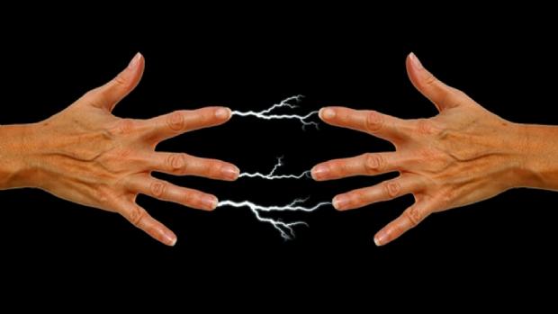 Doutor em Física explica porque pessoas levam choque e soltam faíscas com o tempo seco