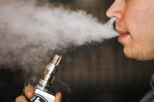 Com sete mortes no EUA, cigarro eletrônico é proibido no Brasil, mas vira febre entre adolescentes