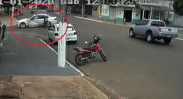 Motociclista é atingido por BMW e tem dedo decepado;  veja vídeo