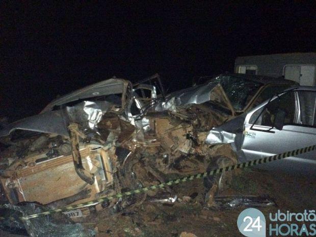 Animal na pista provoca colisão frontal entre caminhonetes de fazenda e mata funcionários