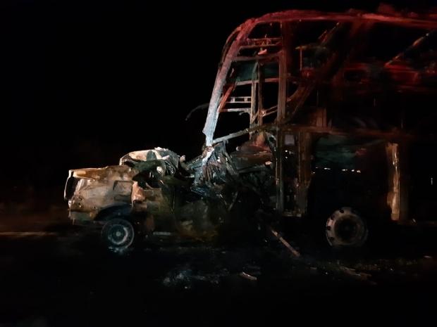 Identificado homem que morreu carbonizado em colisão com ônibus