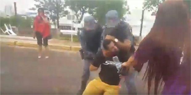 PM prende três servidores do Detran, 'arrasta' mulher para camburão e aplica 'mata-leão' para conter funcionário;  vídeo