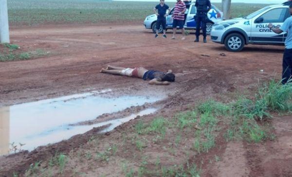 Homem é achado morto; suspeitos são presos enquanto bebiam em bar