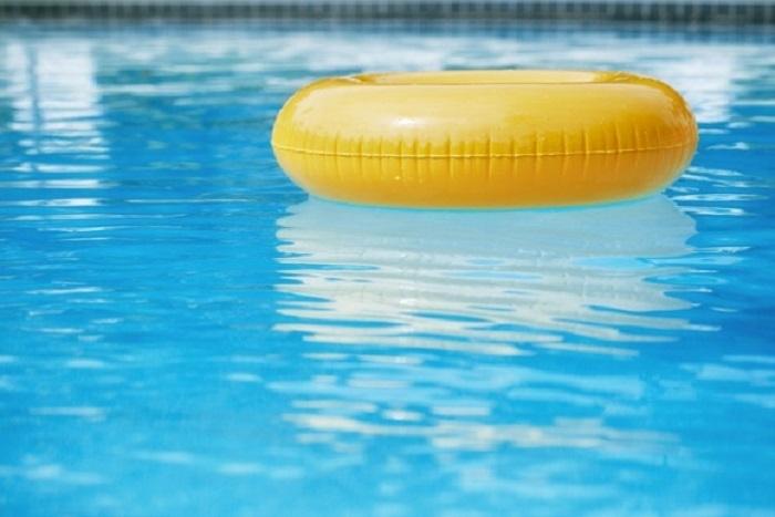 Menina de cinco anos é internada na UTI após se afogar em piscina durante reunião familiar