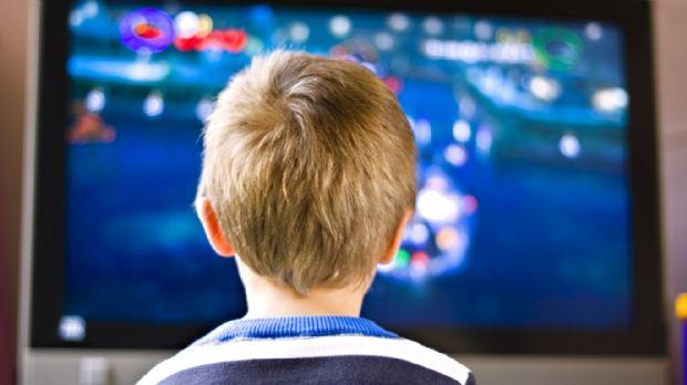 Criança de três anos morre após TV cair sobre ela; escalou estante