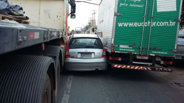 Citroen C3 fica prensado entre carreta e caminhão e provoca congestionamento