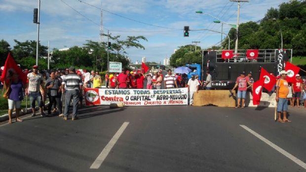 Em protesto, integrantes do MST cobram infraestrutura em assentamentos e param o trânsito na AV. do CPA